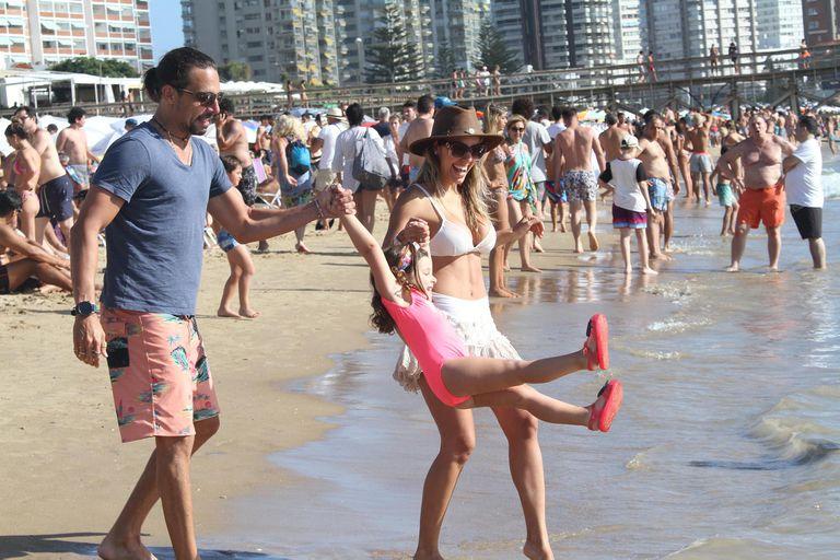 La pareja se mostró muy feliz disfrutando de un día de playa con la pequeña Moorea