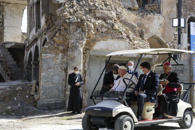 El papa Francisco, sentado y el arzobispo de Aqra, Najib Mikhael Moussa, a la derecha, en Mosul