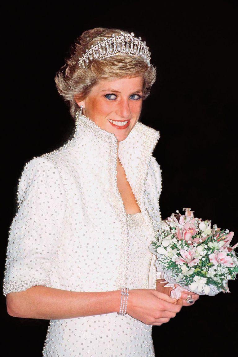 """Catherine Walker hizo este vestido de pedrería acompañado por un bolero. """"Ella brillaba con el vestido y el vestido brillaba a su alrededor"""", dijo la diseñadora. El accesorio fue con la tiara Lover's Knot, su preferida, que hoy también la usa su nuera, la duquesa de Cambridge."""