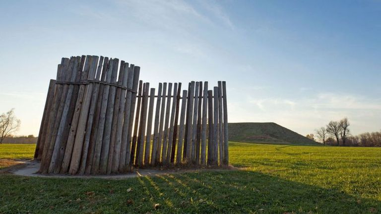 Con postes altos alineados y los rayos del sol medían las estaciones climáticas en Cahokia