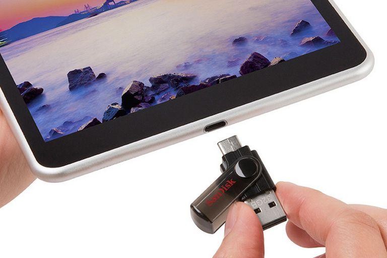El USB-C, reversible, convive con el conector tipo A en el pendrive dual de Sandisk, en este caso junto a una tableta N1 de Nokia