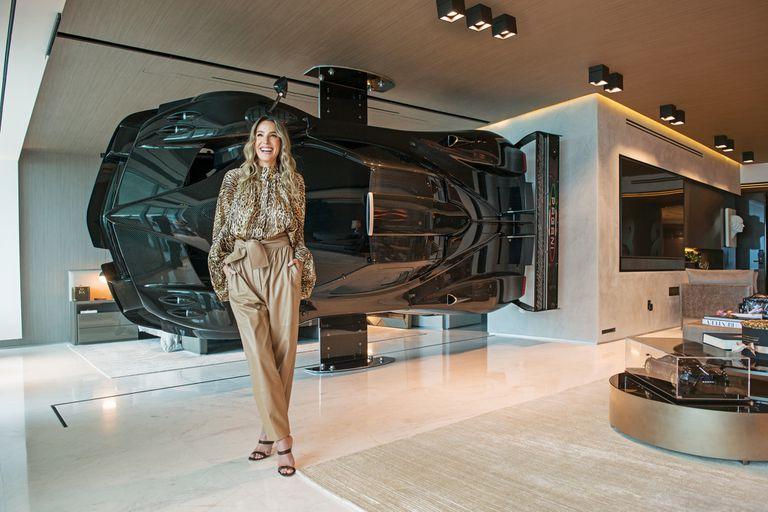 Evangelina Ortiz de León posa en su casa delante del Pagani Zonda Revolution, una escultura sin motor, con el chasis monocasco original, construido en fibra de carbono y titanio, creado por el argentino Horacio Pagani a pedido de Pablo Pérez, que es piloto de autos.