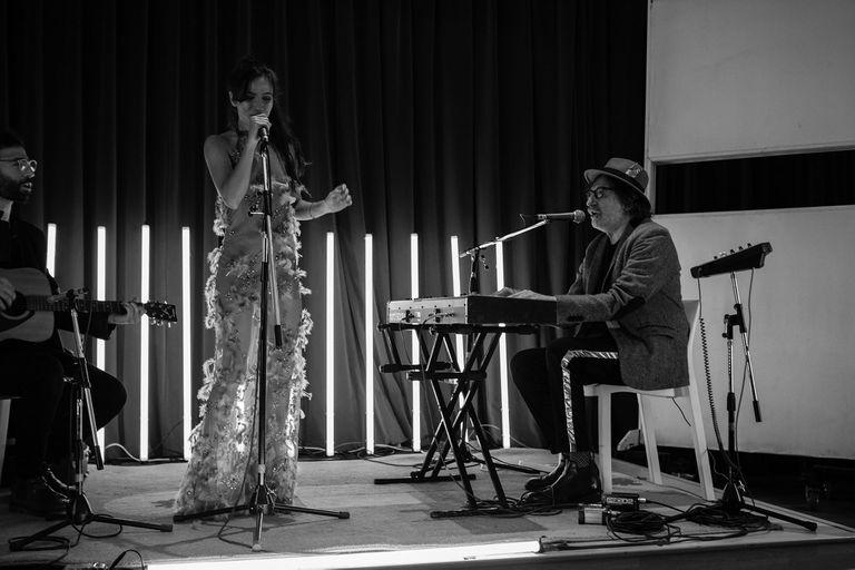Brenda Asnicar con Charly García en la presentación del disco debut de la actriz