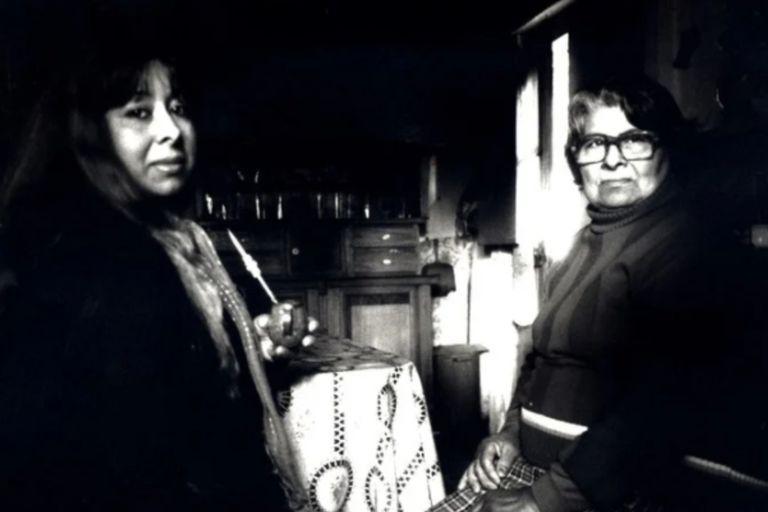 Julia Ramona y su madre María Ferreyra en 1993; María falleció en el año 2001 y tanto Julia como Nazareno siguen viviendo en la casa