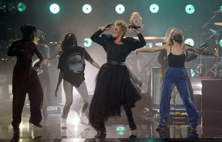 La ganadora del premio Icon, Pink, hizo un medley de sus canciones vestida enteramente de negro