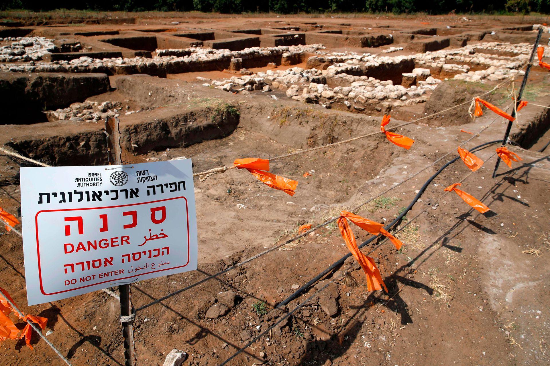 Restos de animales quemados en un estanque de piedra en el interior del templo, prueba de ofrendas de sacrificios.