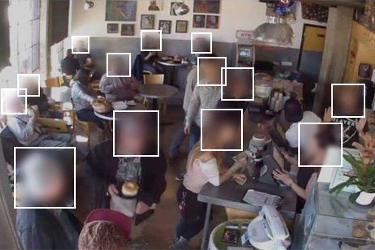 Una foto tomada en el café Brainwash con el sistema de reconocimiento facial activo