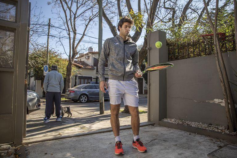 Facundo Díaz Acosta, en la entrada de su casa en La Lucila, el único sitio donde pudo practicar tenis en los últimos cinco meses.