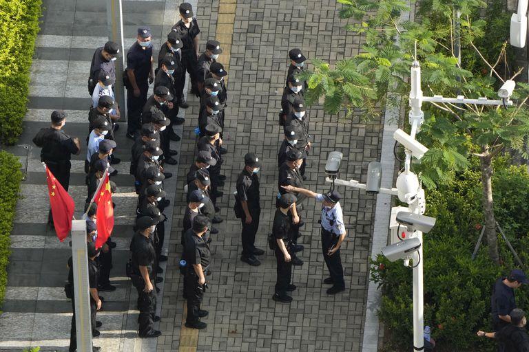 Guardias custodian la sede de Evergrande en Shenzhen