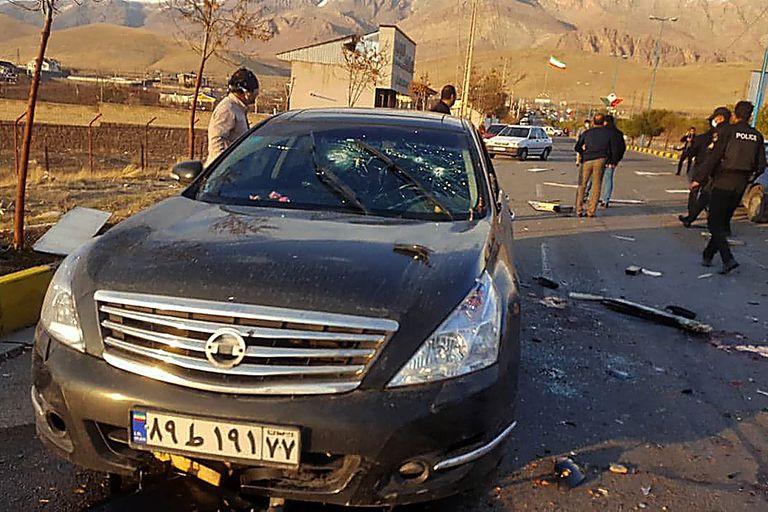El auto dañado del científico nuclear iraní Mohsen Fakhrizadeh después de que fuera atacado cerca de la capital, Teherán