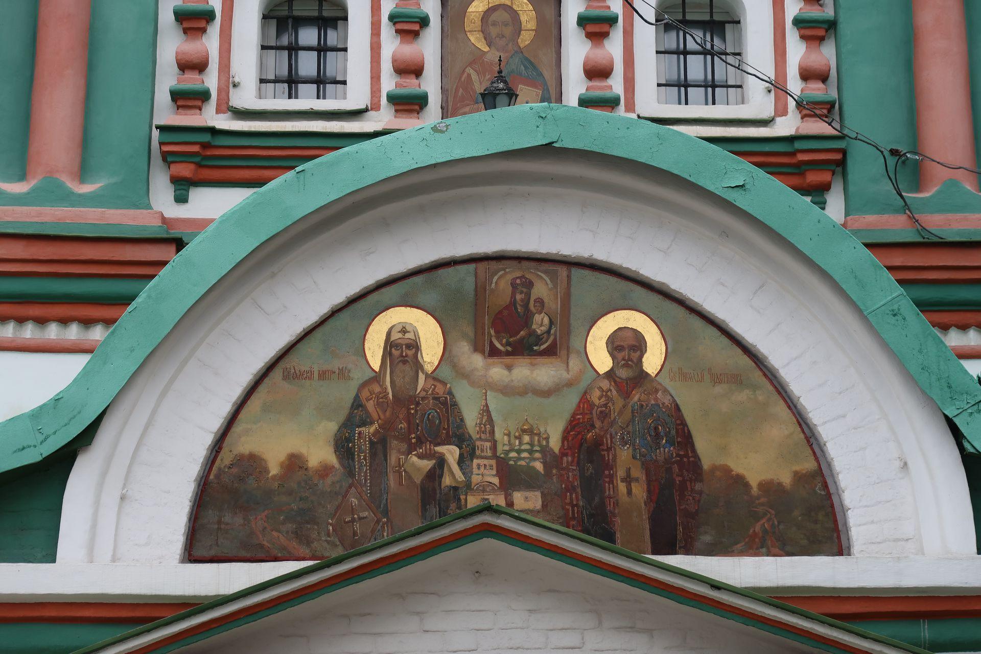 Ubicada en la zona de Park Kulturi, se destaca por sus pinturas e íconos.