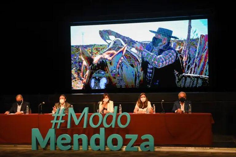 Mendoza permitirá el ingreso de turistas nacionales desde el 1 de diciembre, pero aún espera el ok de Nación para abrir las fronteras por tierra y aire. Los chilenos y brasileños son la gran apuesta local.
