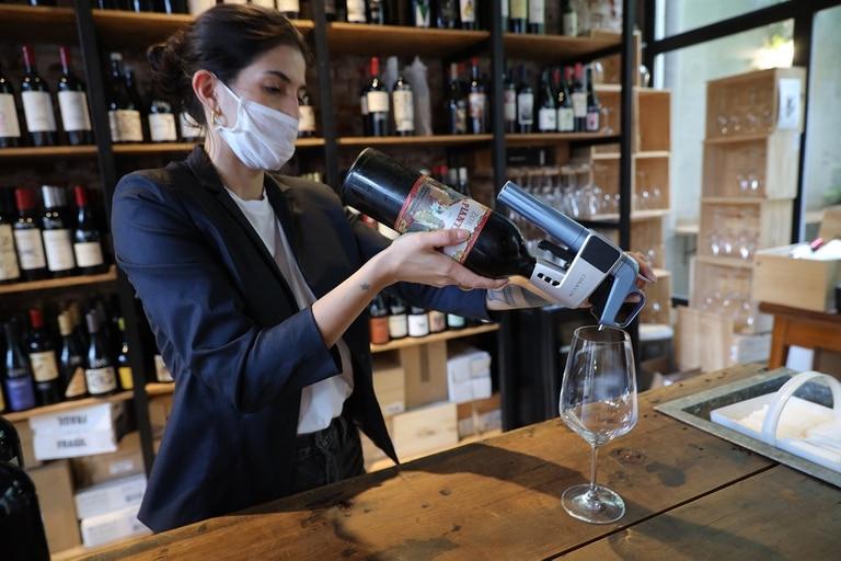 Muchos utilizan el Coravin, que permite servir vino de una botella sin descorcharla
