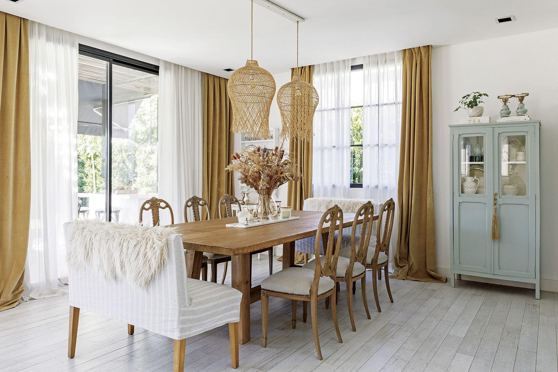 Las cortinas traslúcidas (Abax Deco) están enmarcadas por un cantonnier de terciopelo arena que parece dorado.