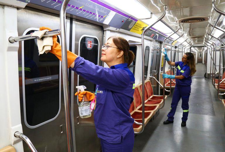 Personal de limpieza de Metrovías higieniza las formaciones de la red