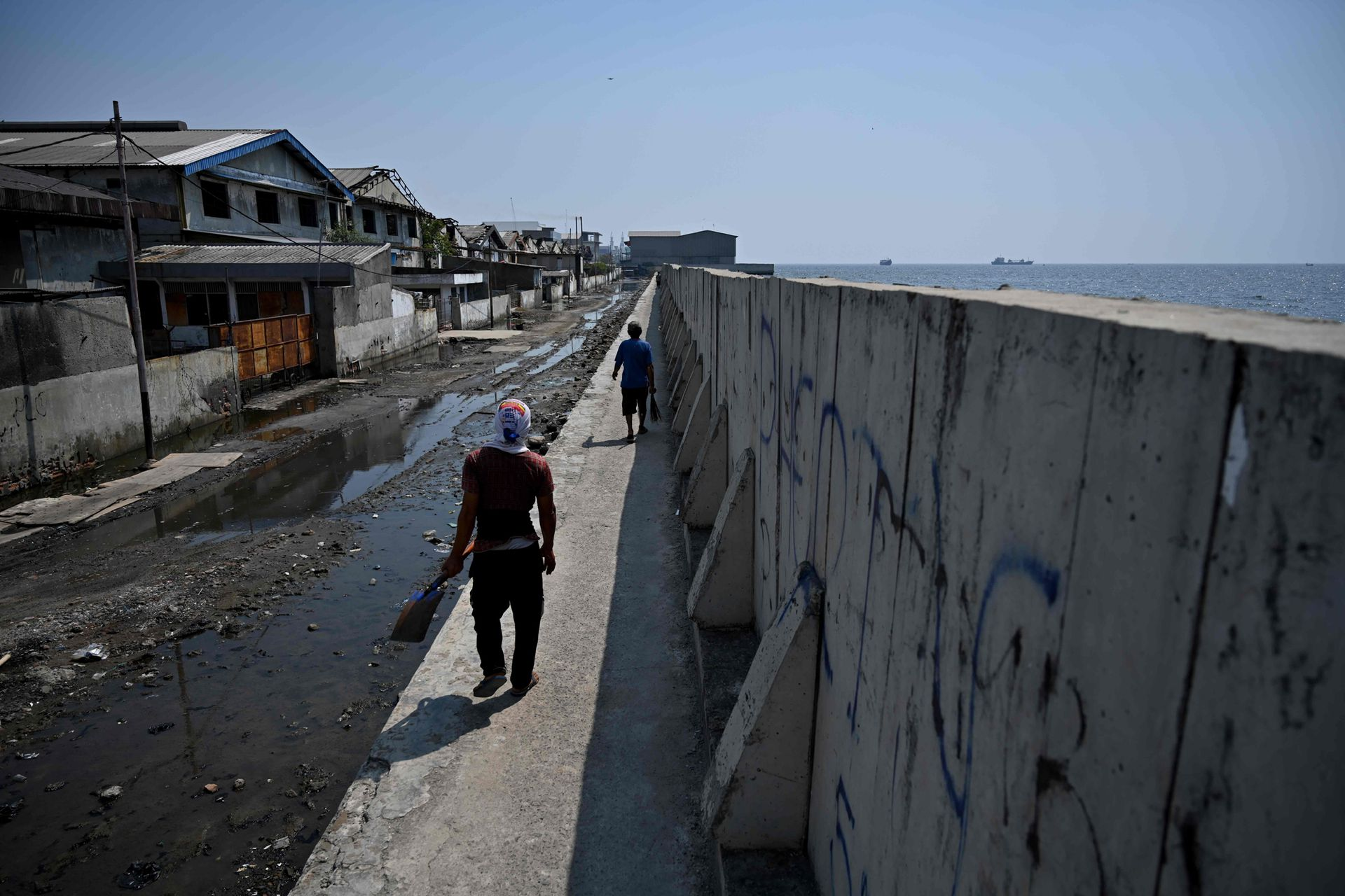 Grandes murallas se han construido en las zonas costeras para contener el agua