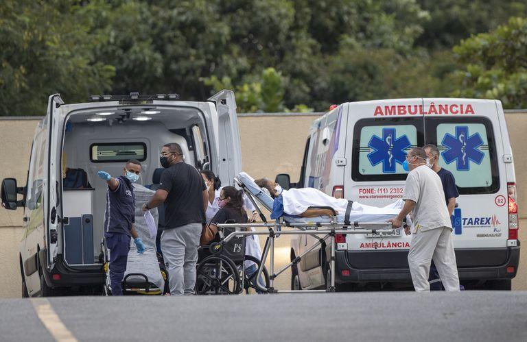 Trabajadoras de la salud trasladan a una paciente infectada en el hospital Vila Alpina de San Pablo