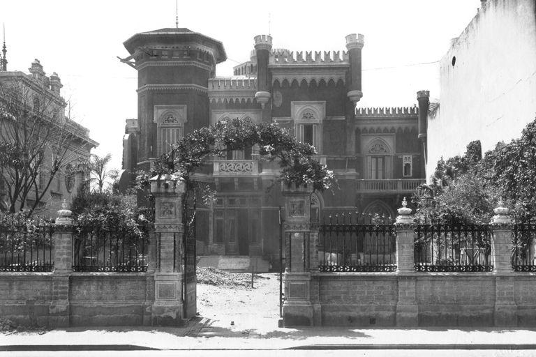El frente principal de la mansión de los De Ridder sobre avenida Alvear durante las obras de ampliación, hacia 1927.