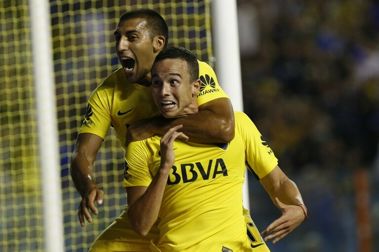 Pura euforia: Abila, que dio la asistencia, abraza a Leonardo Jara, autor del gol para el triunfo xeneize