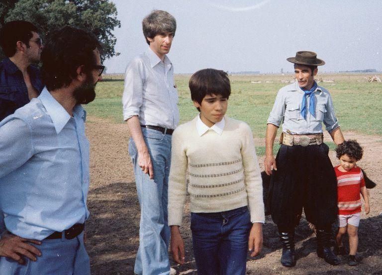 Juan Pérez a los 14 años junto a su padre, su hermano más chico, el famoso astrofísico Jacques Valée y un investigador,