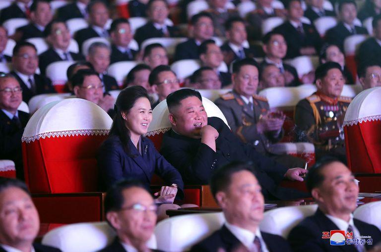 Kim Jong-un junto a su mujer Ri Sol-ju en un teatro de Pyongyang