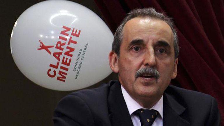 Moreno junto a los productos de cotillón; se lo acusa de haberlos comprado con fondos públicos