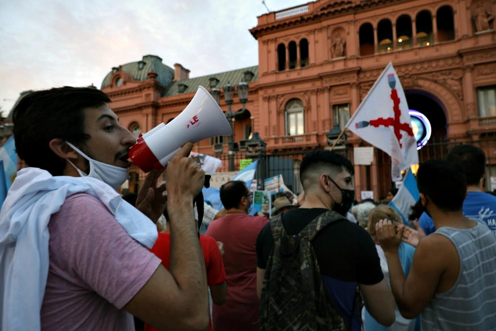 La manifestación por el 27F continuó al caer la tarde frente a la Casa Rosada