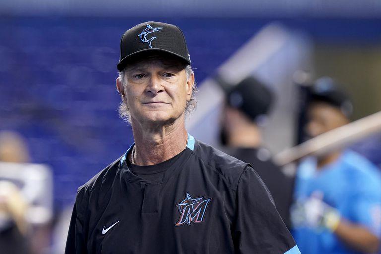 El manager de los Marlins de Miami Don Mattingly camina en el campo previo al partido contra los Cachorros de Chicago, el viernes 13 de agosto, en Miami. Mattingly regresó el viernes después de dar positivo a COVID-19 el 31 de julio. (AP Foto/Lynne Sladky)