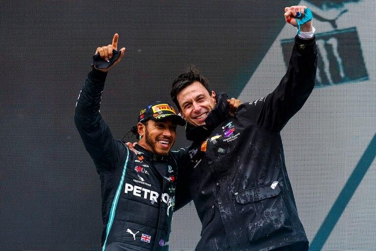 Lewis Hamilton y Toto Wolff luego del Gran Premio de Turquía.