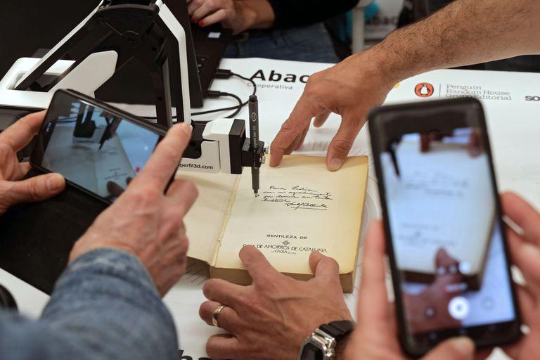 No importa si el ejemplar es nuevo o de antaño, el brazo robótico español lograr reproducir la firma sin dañar la hoja del libro