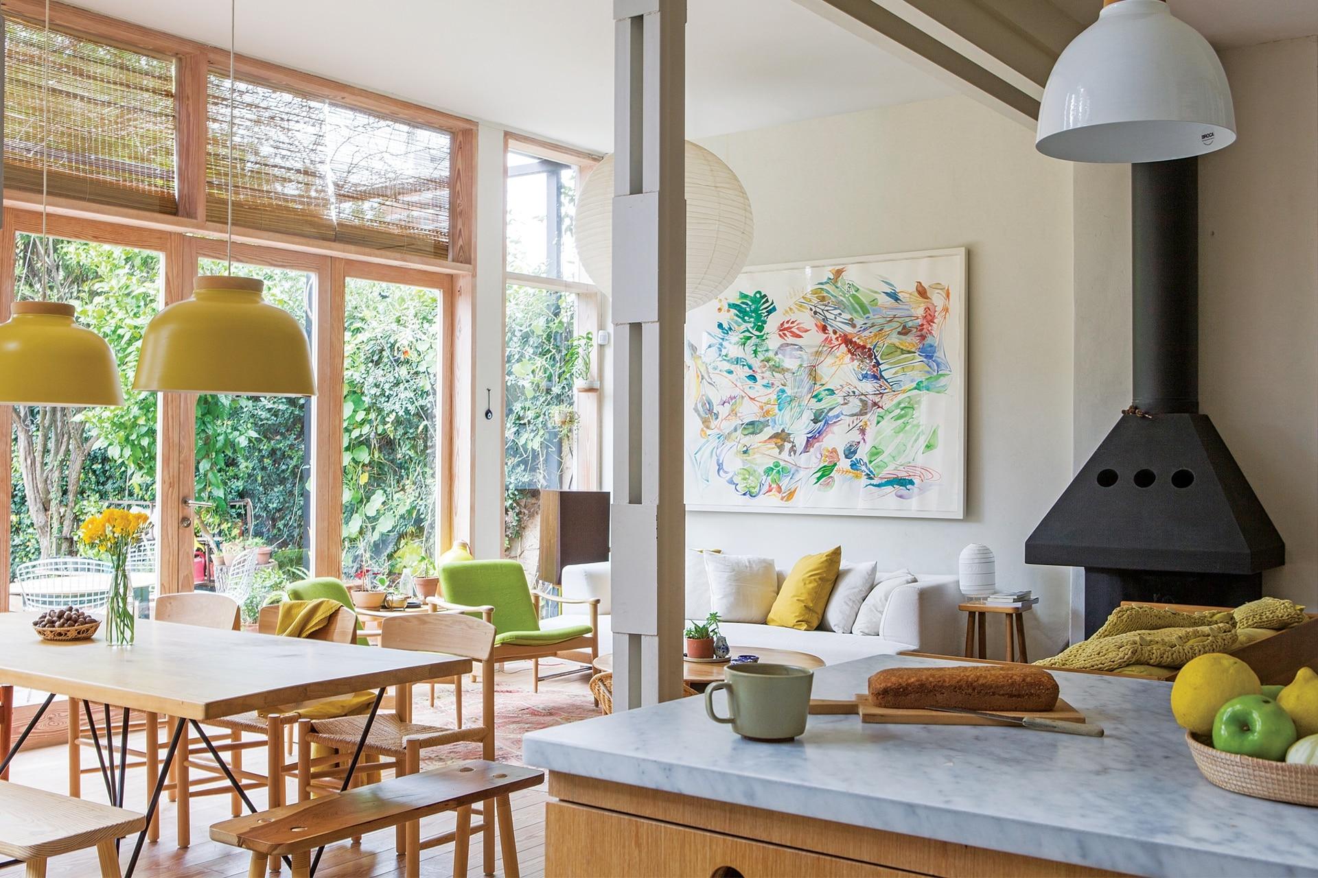 La única pared del living resultó en una expresiva composición con el cuadro del artista Ignacio de Lucca y un sillón blanco (Gris Dimensión), obsequio de Federico Churba, el tío de Carola