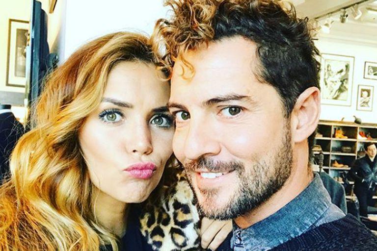 El cantante español recurrió a las redes sociales para confirmar que ya no es un hombre soltero