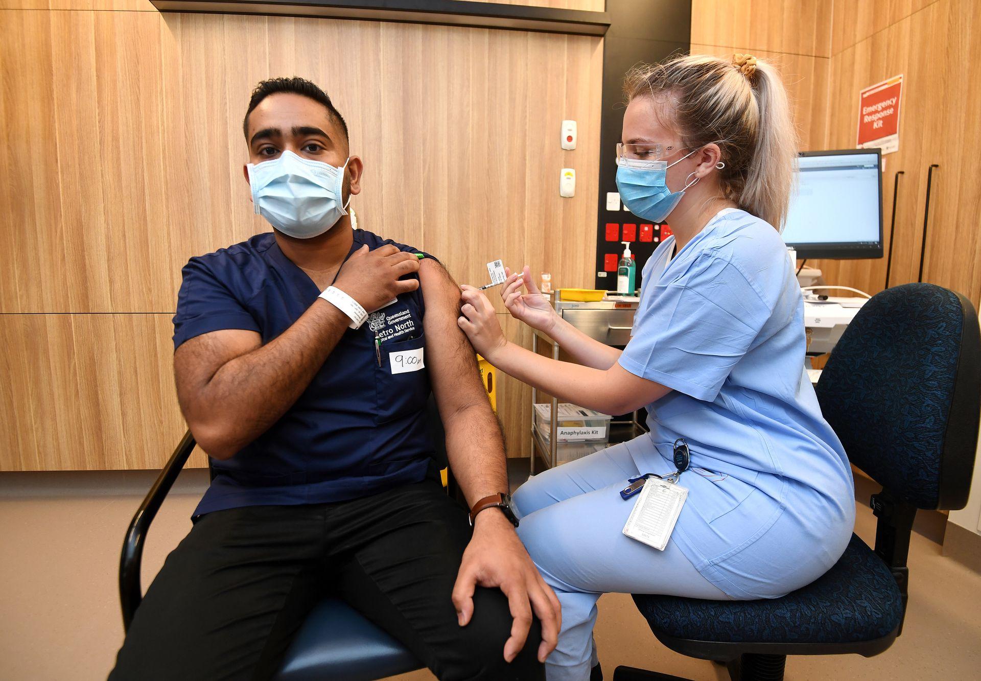 AUSTRALIA: Zuby Daryau está siendo vacunado durante el lanzamiento de la vacuna COVID-19 Pfizer en las instalaciones de STARS Metro North Health, en Brisbane, el lunes 1 de marzo de 2021.