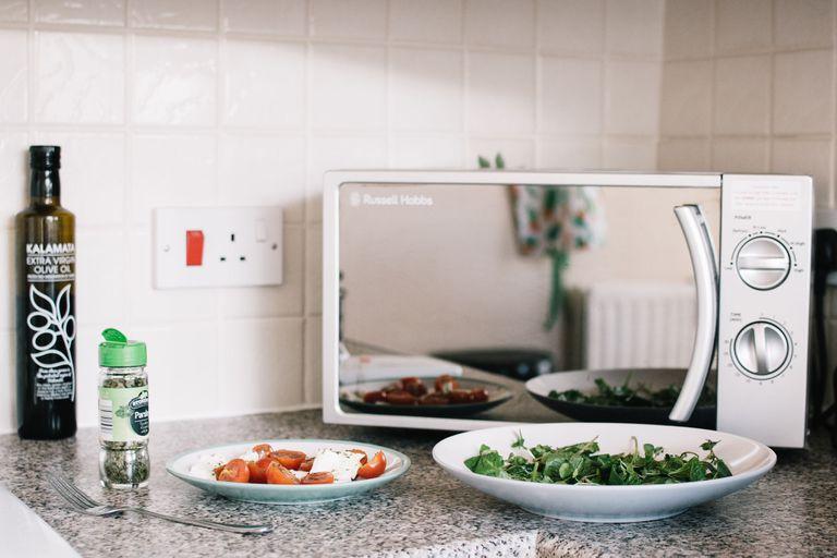 Qué cosas no deberías hacer jamás en el microondas y cómo aprovecharlo mejor