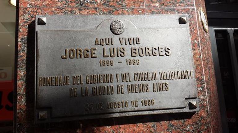 Maipú 994. El edificio recuerda a Borges, vecino durante 40 años, con una placa