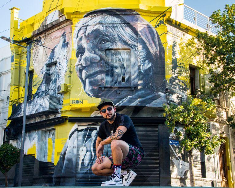 """Martín Ron posa con """"La vieja del desarmadero"""", 2019, Buenos Aires, Argentina."""