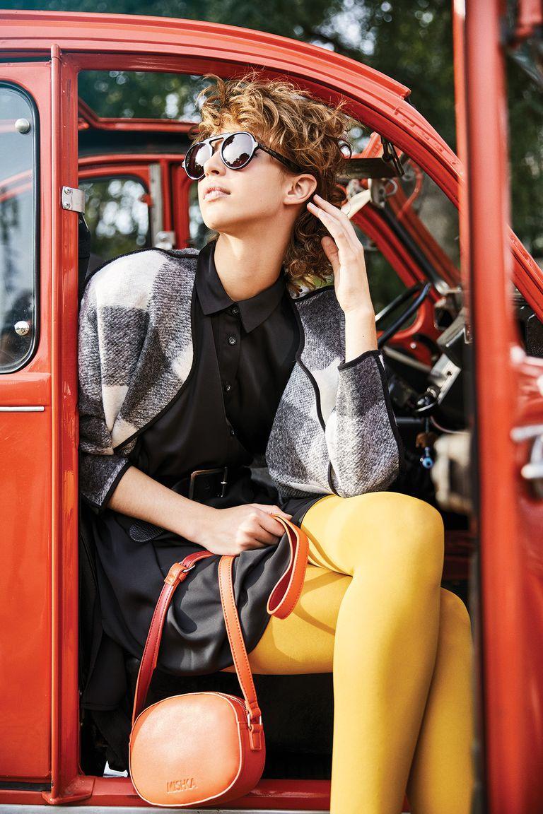 Tapado de lana escocesa, camisa de seda extra large y cartera bandolera (Mishka), anteojos de sol (Vulk)