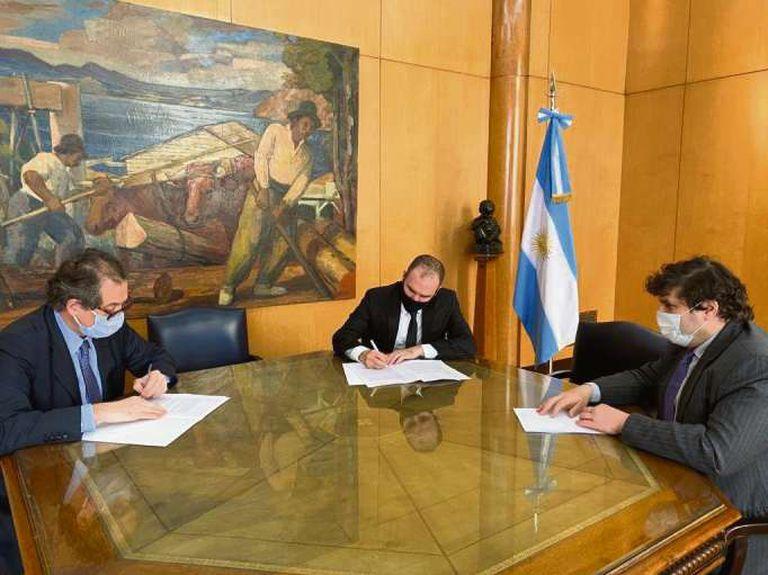 Miguel Ángel Pesce, presidente del Banco Central; Martín Guzmán, ministro de Economía, y Sergio Chodos, director por el Cono Sur ante el FMI