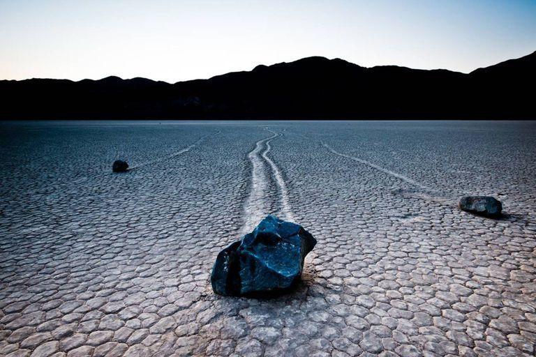 En el Valle de la Muerte, en California, existe un conjunto de rocas que de alguna manera se mueven y dejan tras de sí las huellas de su traslado, un fenómeno que desveló a los científicos por muchos años