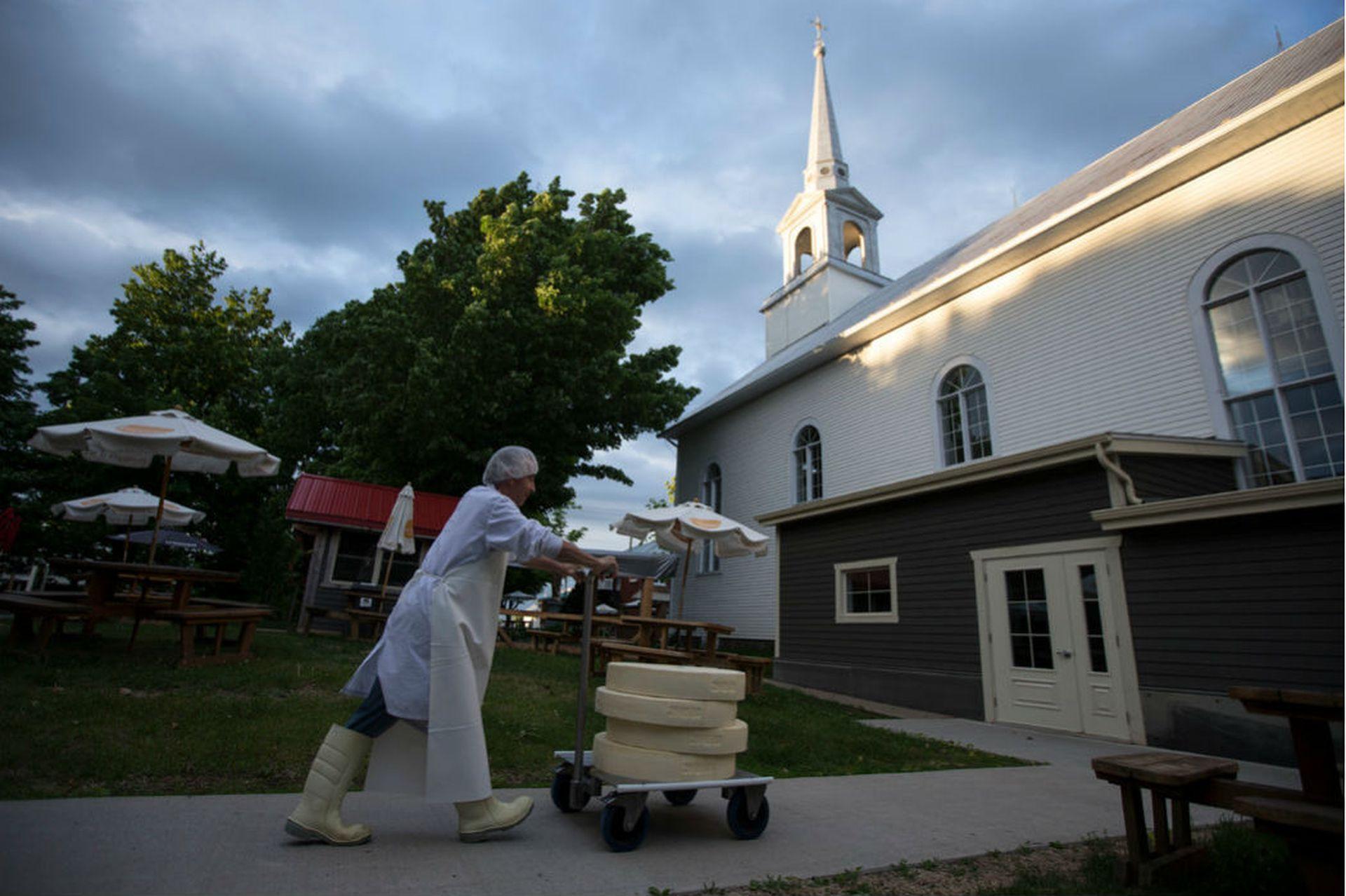Jean Morin compró la iglesia local en Sainte-Élizabeth-de-Warwick por un dólar e invirtió 1,2 millones para renovarla y transformarla en la Fromagerie du Presbytère, una quesería. Desde entonces ya ganó el Gran Premio del Queso Canadiense