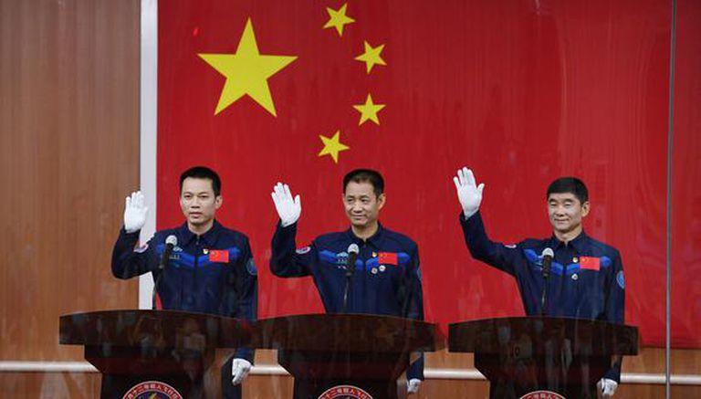 Astronautas Nie Haisheng (centro), Liu Boming (derecha) and Tang Hongbo, el primer equipo chino que trabajará en su primera estación espacial
