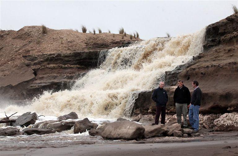 En Necochea, tres productores frente a un canal que desagota el agua de la inundación