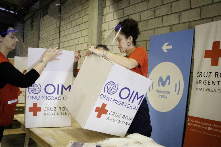 Los voluntarios de la Cruz Roja filial Villa Crespo trabajan en las instalaciones del Movistar Arena