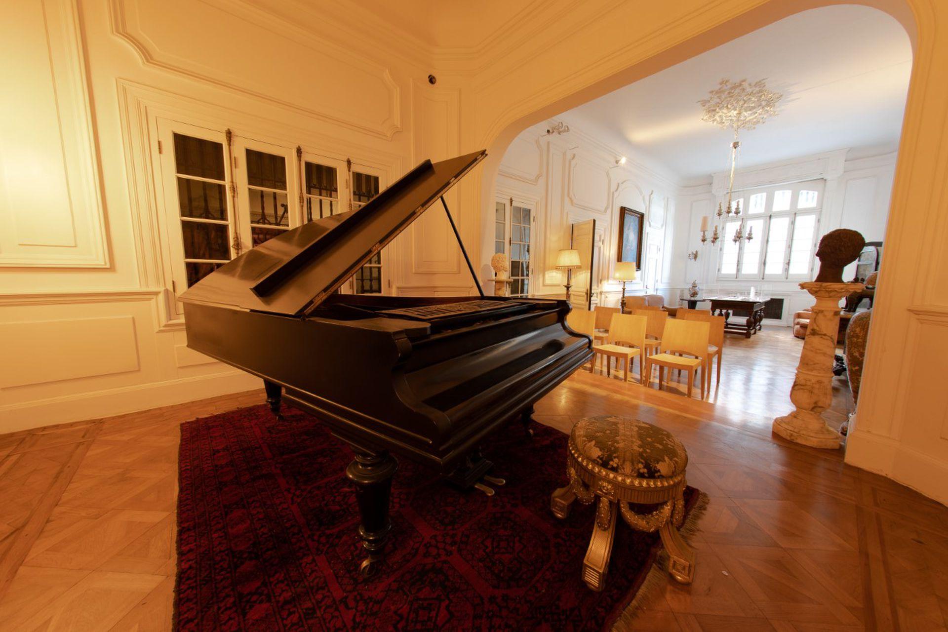 El palacio cuenta con un teatro y con un piano de cola