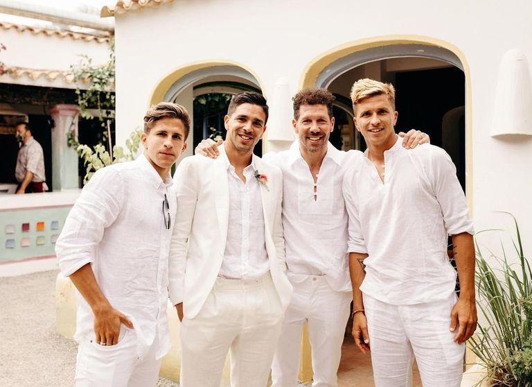 La imagen es de hace unos días, en Ibiza, en el casamiento de Giovanni, el hijo mayor del Cholo; Giuliano, Gio, Diego y Gianluca, todos juntos