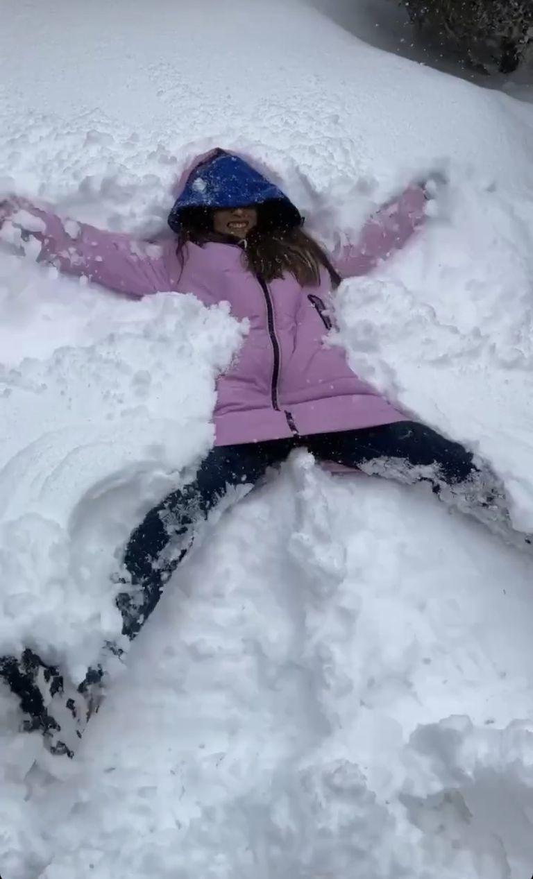 Consuelo Vallina se tiró en la nieve e hizo la clásica figura del ángel. Crédito: Instagram