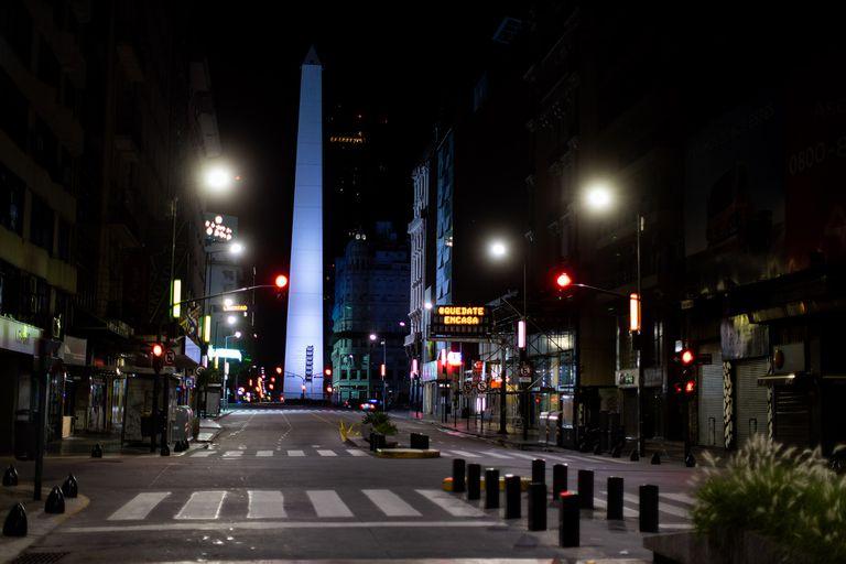 Imagen de la avenida Corrientes, eje de la actividad del teatro comercial, en tiempos pandémicos