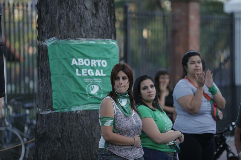 Decenas de mujeres marcharon a favor de la legalización del aborto legal, seguro y gratuito frente a la residencia presidencial
