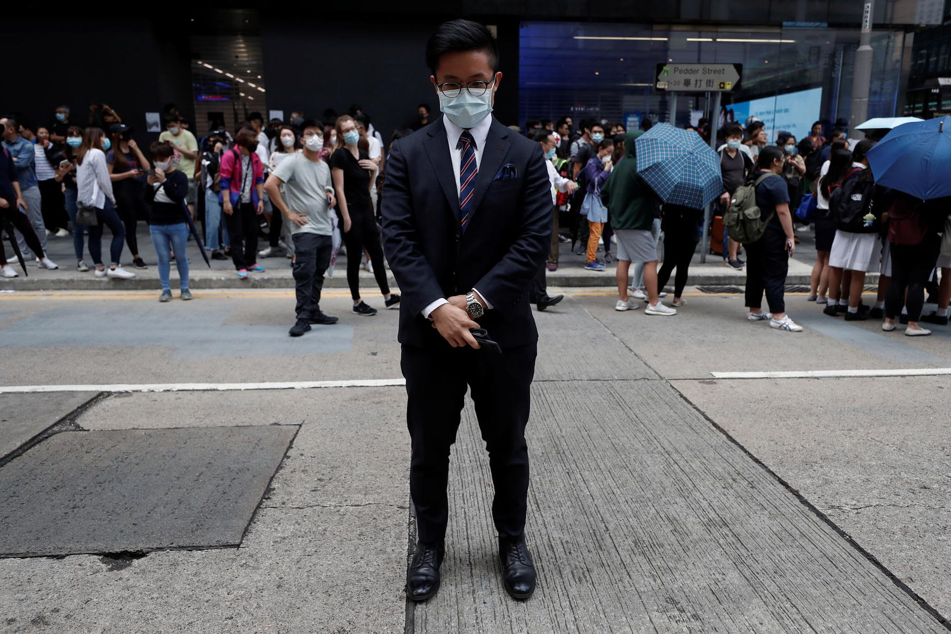 Jasper, de 27 años, que trabaja en un banco minorista se manifiesta en Hong Kong, China, el 12 de noviembre de 2019.