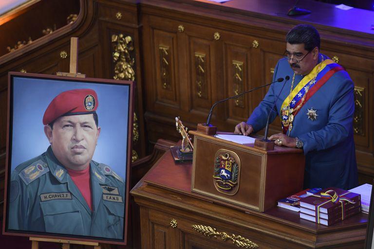 Nicolás Maduro y una imagen de su predecesor y mentor, Hugo Chávez